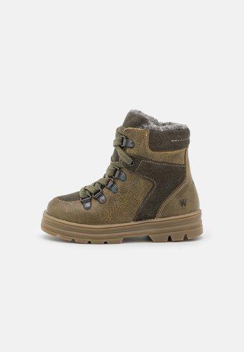 TONI TEX HIKER UNISEX - Winter boots - olive