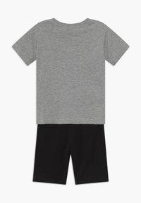 Champion - LEGACY GRAPHIC SHOP SET UNISEX - Pantalón corto de deporte - mottled grey - 1