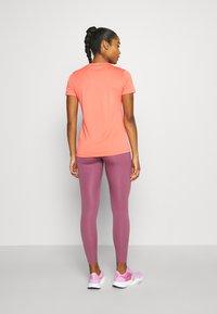 Nike Performance - TEE CREW - T-shirt basique - magic ember - 2