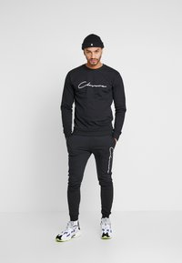 CLOSURE London - SCRIPT CREWNECK TRACKSUIT - Tracksuit - black