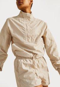 Sweaty Betty - SWEATY BETTY X HALLE BERRY LETICIA TRACK - Langarmshirt - pebble beige - 0