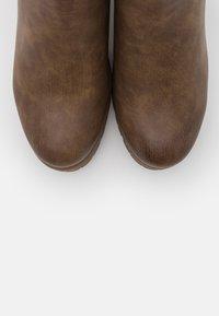 H.I.S - Kotníková obuv na vysokém podpatku - taupe - 5