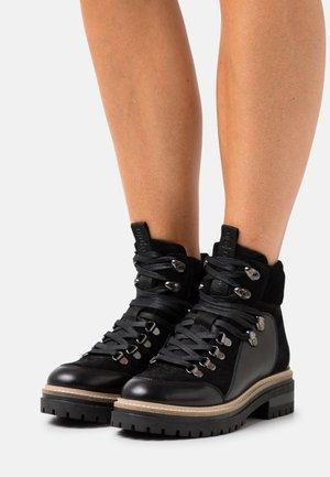 HIPSTER  - Botines con cordones - black