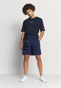 Champion - LOGO BERMUDA - Pantalón corto de deporte - dark blue - 1