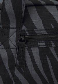 Nike Performance - GYM CLUB - Sportovní taška - black/fireberry - 5