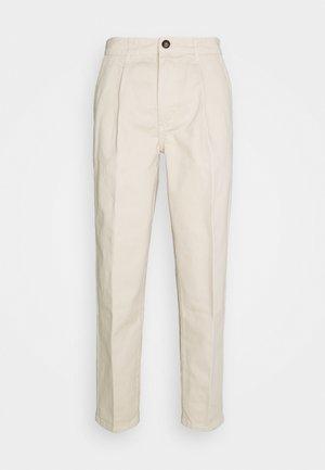 CONRAD PANTS - Pantalones - sandshell