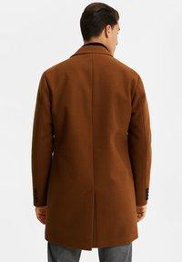 WE Fashion - MANTEL - Classic coat - cognac - 2