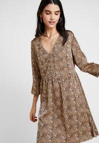 YAS - YASHURA SHORT DRESS - Hverdagskjoler - light brown/black - 2