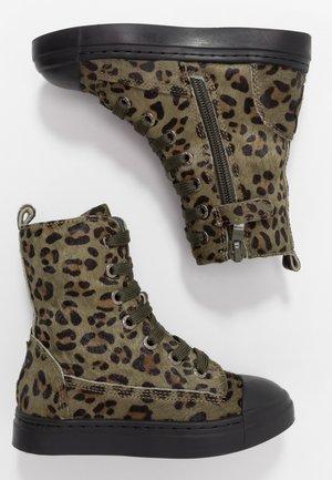 Šněrovací vysoké boty - army