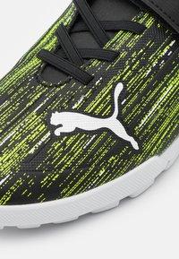 Puma - ULTRA 4.2 TT V UNISEX - Kopačky na umělý trávník - black/white/yellow alert - 5