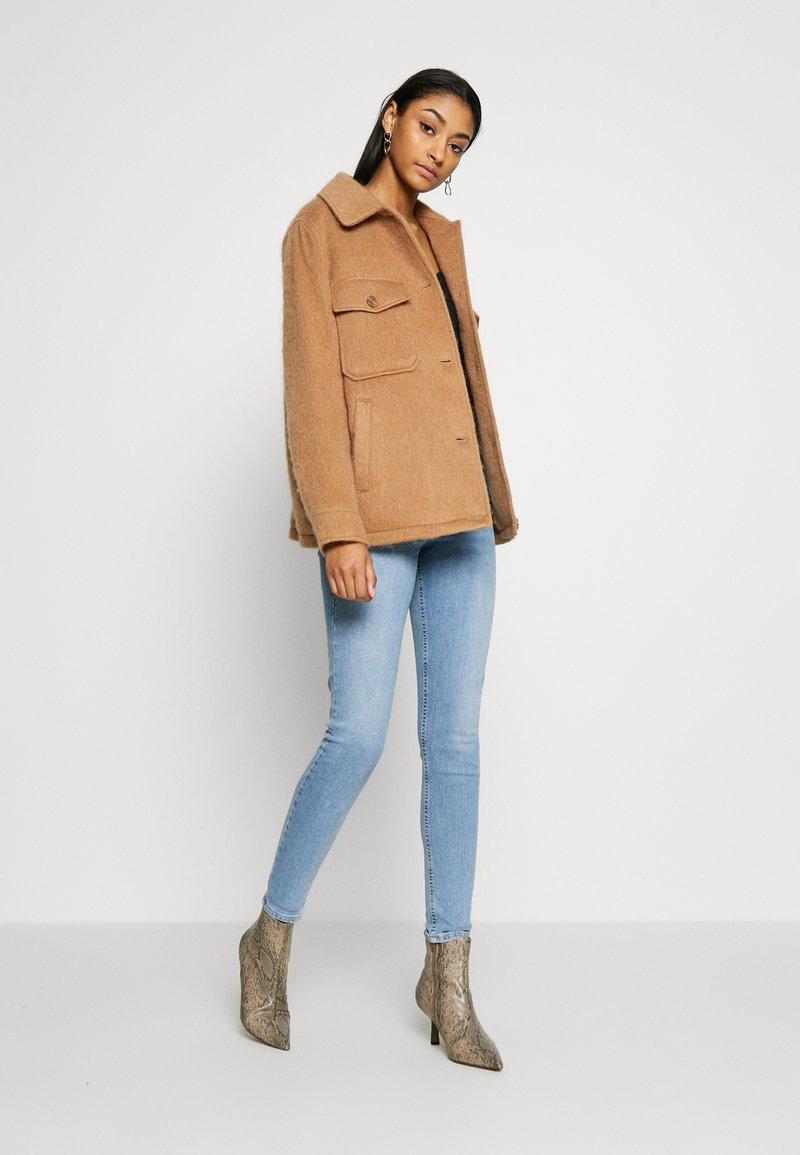 Topshop BACK POCKET JAMIE - Jeans Skinny Fit - bleach/bleached denim jujPLJ