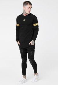 SIKSILK - LONG SLEEVE TECH TEE - Long sleeved top - black - 1