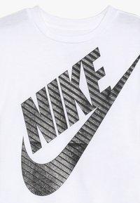 Nike Sportswear - GIRLS JUMBO FUTURA TEE - T-shirt imprimé - white - 3
