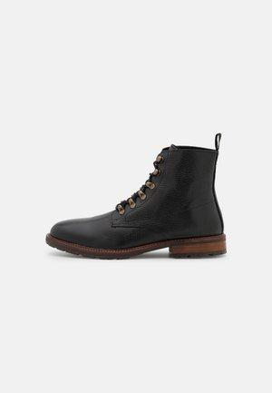 BRIGADE  - Šněrovací kotníkové boty - black/brown