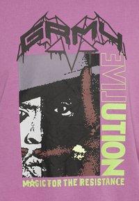 Grimey - LIVEUTION MAGIC 4 RESISTANCE LONG SLEEVE TEE UNISEX - Långärmad tröja - purple - 5