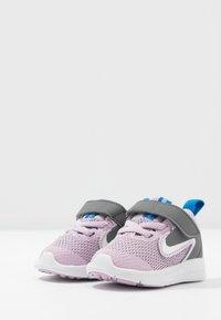 Nike Performance - DOWNSHIFTER - Obuwie do biegania treningowe - iced lilac/white/smoke grey/soar - 3
