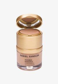Daniel Sandler - INVISIBLE RADIANCE FOUNDATION - Fond de teint - honey - 0
