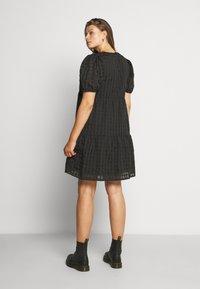 Glamorous Curve - TONAL CHECK TIERED DRESS - Denní šaty - black - 2