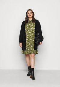New Look Curves - AMELIE FLORAL SMOCK - Denní šaty - green - 1