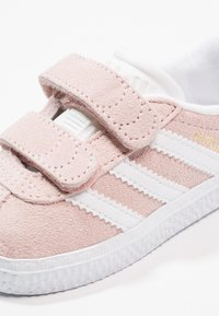 adidas Originals - GAZELLE - Sneakers laag - iced pink/footwear white - 5