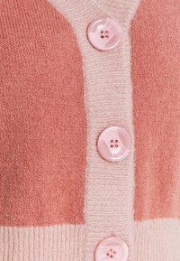 NA-KD - BUTTON CROPPED CARDIGAN - Strickjacke - pink - 2