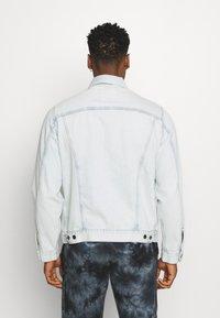 Levi's® - VINTAGE FIT TRUCKER UNISEX - Veste en jean - light indigo - 2