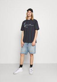 Karl Kani - UNISEX SIGNATURE LOGO PINSTRIPE TEE - Print T-shirt - navy - 1