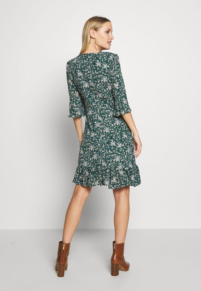 Wallis - DITZY FLORAL RUFFLE FLUTE DRESS - Day dress - green