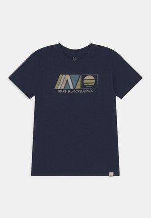 JORNEWPORT TEE CREW NECK JR - Camiseta estampada - navy blazer