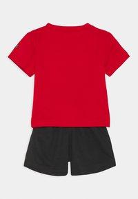 Nike Sportswear - FUTURA SET UNISEX - Survêtement - black/university red - 1