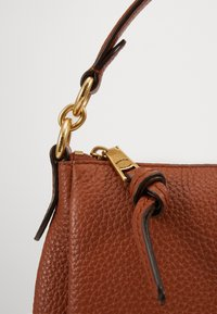 Coach - SOFT SHAY CROSSBODY - Kabelka - saddle - 4