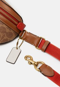 Coach - COLORBLOCK COATED SIGNATURE BETHANY BELT BAG - Rumpetaske - tan chalk/multi