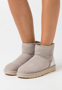 UGG - CLASSIC MINI II METALLIC - Bottines - light grey - 0