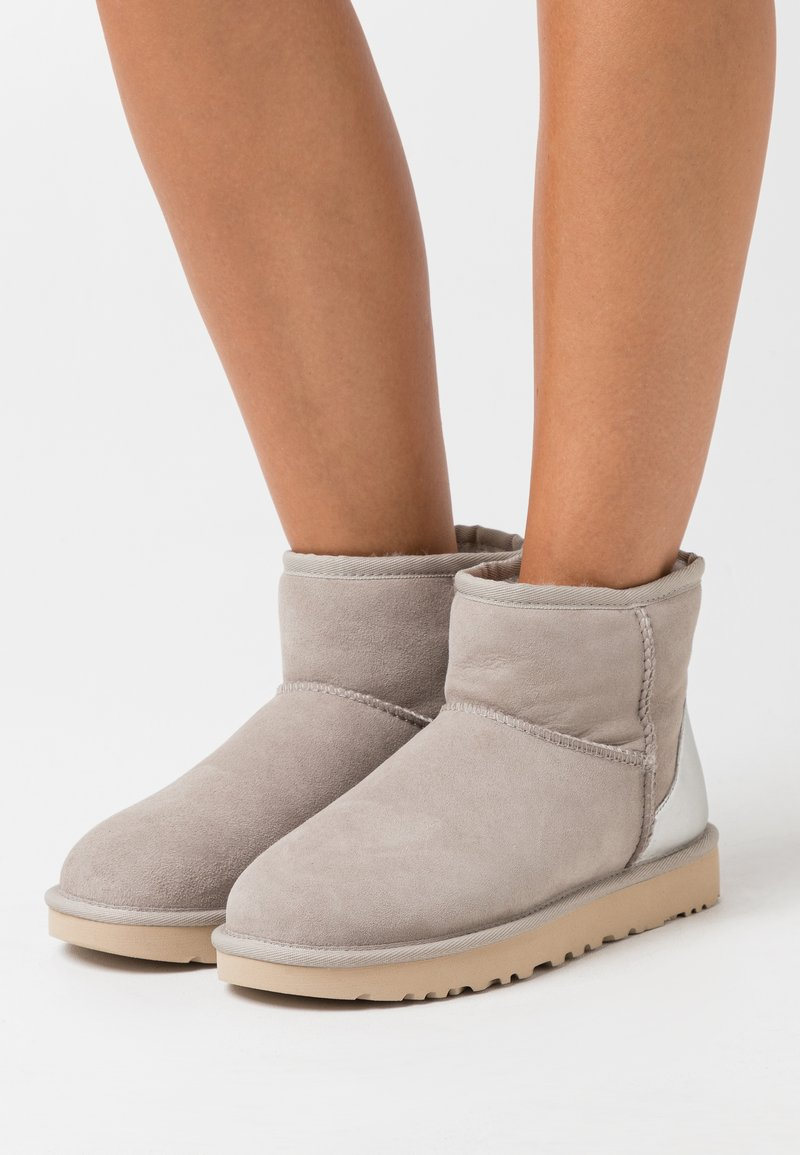 UGG - CLASSIC MINI II METALLIC - Bottines - light grey