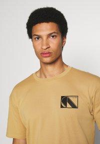 Scotch & Soda - CLUB NOMADE TEE - Print T-shirt - camel - 3