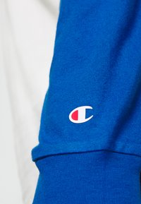 Champion - LEGACY CREWNECK LONG SLEEVE - Long sleeved top - off white/blue - 6