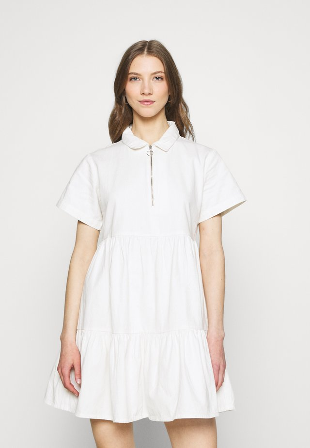 ZIP FRONT TIERED COLLAR DRESS - Robe chemise - white