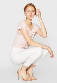 Stradivarius - MIT SUPERHOHEM BUND  - Jeans Skinny Fit - white - 3