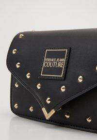 Versace Jeans Couture - MINI CROSSBODY STUDDED - Taška spříčným popruhem - nero/oro - 3