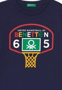 Benetton - BASIC BOY - Print T-shirt - dark blue - 2