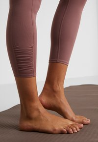 Free People - YOURE A PEACH - Leggings - chocolate - 4