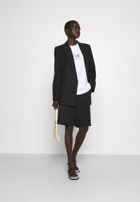 Victoria Victoria Beckham - LOGO - T-shirt z nadrukiem - white - 1