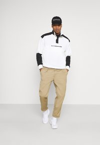Mennace - LOOPBACK FUNNEL NECK OVERHEAD - Sweatshirt - white - 1