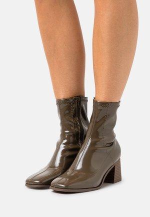 ONLBIJOU HEELED SOCK BOOT  - Korte laarzen - olive