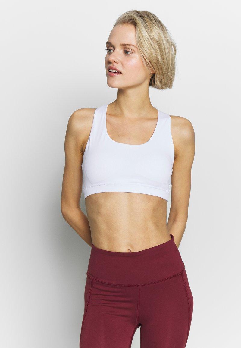Cotton On Body - WORKOUT CUT OUT CROP - Sujetadores deportivos con sujeción ligera - white