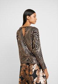 Dorothy Perkins - SWIRL BATWING - Langærmede T-shirts - bronze - 2