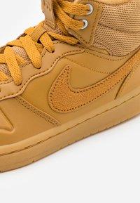 Nike Sportswear - COURT BOROUGH MID 2 - Baskets montantes - wheat/medium brown - 5