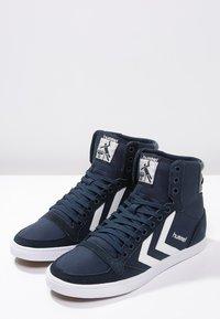 Hummel - SLIMMER STADIL - Sneakers hoog - dress blue/white - 2