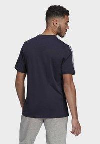 adidas Performance - 3-STRIPES SPORTS ESSENTIALS T-SHIRT - T-shirt med print - dark blue - 1