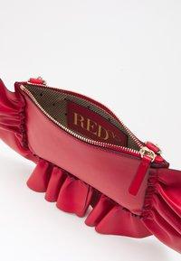 Red V - POUCH - Pikkulaukku - fragola - 4